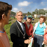 NLD/Baarn/20060909 - Burgemeester Smit van Baarn bezoekt de Vogelwerkgroep Baarn