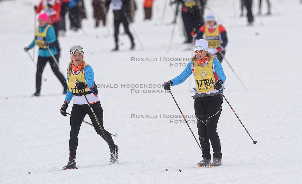 06-03-2016 SWE: Vasaloppet Challenge BvdGF day 7, Sälen<br /> Vandaag een rustig dagje, 90 km langlaufen van Sälen naar Mora in bizarre omstandigheden / De start een kleine 16.000 man met helemaal achterin BvdGF met Clarissa, Petra