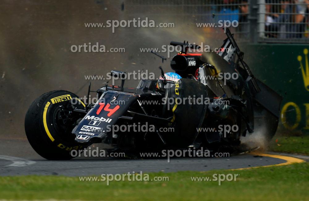 20.03.2016, Albert Park Circuit, Melbourne, AUS, FIA, Formel 1, Grand Prix von Australien, Rennen, im Bild Fernando Alonso (ESP) McLaren MP4-31 crash, unfallles out of the race // during Race for the FIA Formula One Grand Prix of Australia at the Albert Park Circuit in Melbourne, Australia on 2016/03/20. EXPA Pictures &copy; 2016, PhotoCredit: EXPA/ Sutton Images/ Kalisz/<br /> <br /> *****ATTENTION - for AUT, SLO, CRO, SRB, BIH, MAZ only*****