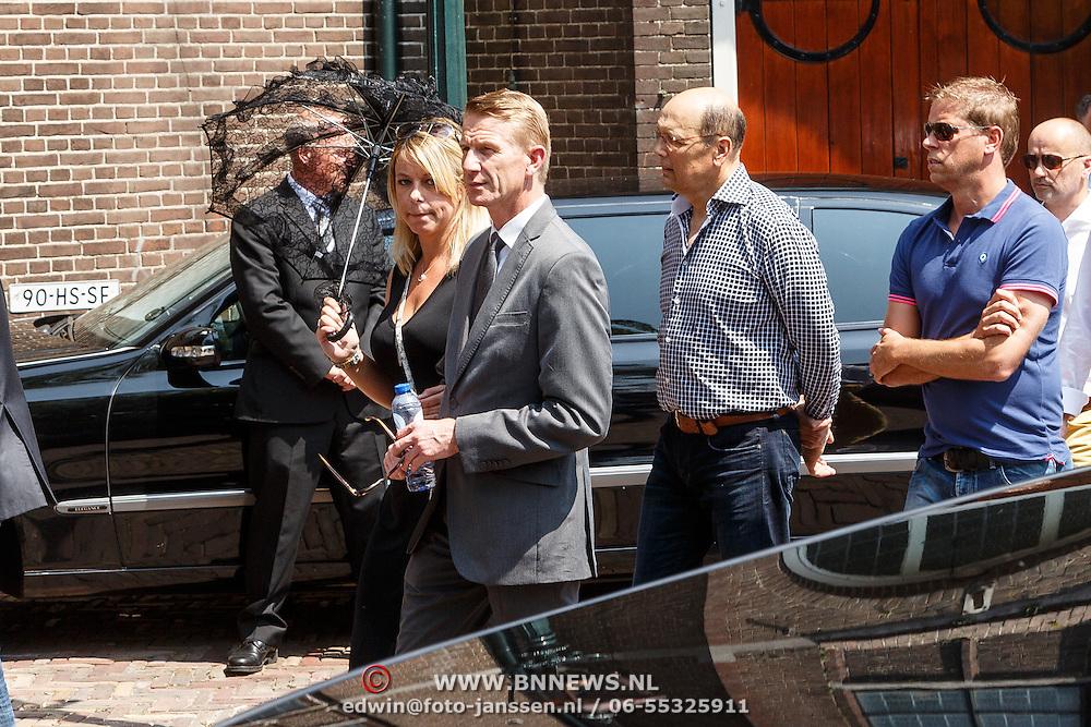 NLD/Volendam/20150703 - Uitvaart Jaap Buijs, aankomst gasten, Jack de Vries en partner Melissa Goede