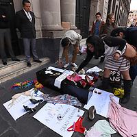 Toluca, México (Noviembre 08, 2016).- Activistas del Estado de México realizaron la entrega de la iniciativa ciudadana para la Tipificación de Crímenes de Odio en el Estado de México en la Cámara de Diputados.  Agencia MVT / Crisanta Espinosa