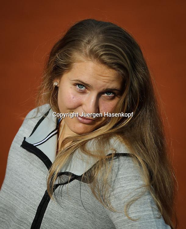 Tennis Profi Antonia Lottner (GER)Freude,Spass,Einzelbild,Halbkoerper,Hochformat,Portrait,privat