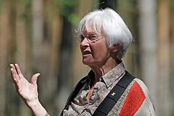 """Während des Gottesdienstes des Gorleben Gebets, der anlässlich der """"Kulturellen Widerstandspartie"""" im Zuge der """"Kulturellen Landpartie"""" im Wendland  abgehalten wurde, pflanzten Teilnehmende einen Baum für die kurz zuvor verstorbene """"Grande Dame"""" des Atom-Widerstands, Marianne Fritzen. Im Bild: Christa Kuhl von der Ökumenischen Intiative Gorleben Gebet"""