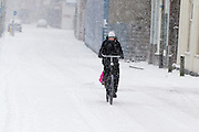 Een fietser rijdt door de sneeuw over de Zeedijk in Utrecht.<br /> <br /> A woman is cycling in the snow at the Zeedijk Utrecht.