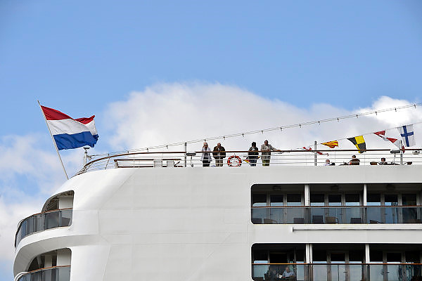 Nederland, Rotterdam, 15-9-2012. Holland Amerika Lijn cruiseschip de Rotterdam in de Maasstad. 1400 gasten schepen zich in voor een reis. Luxe cruiseschip . HAL Line cruise ship the Rotterdam in the largest port of Europe.  Luxury cruise ship. Foto: Flip Franssen/Hollandse Hoogte