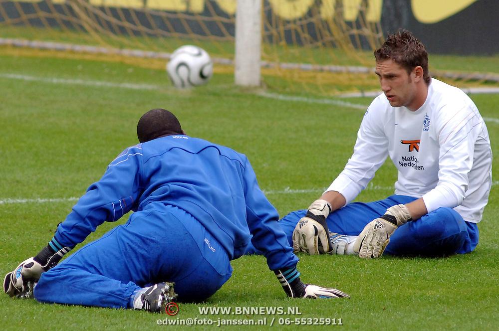 NLD/Hoenderloo/20060603 - Training Nederlands Eltal, keeper Maarten Stekelenburg in gesprek met keepertrainer Stanley Menzo