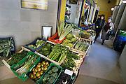Spanje, Tudela, 26-5-2007Verse groente en fruit bij de winkel van een een groenteboer.Twee vrouwen doen inkopen.Foto: Flip Franssen/Hollandse Hoogte