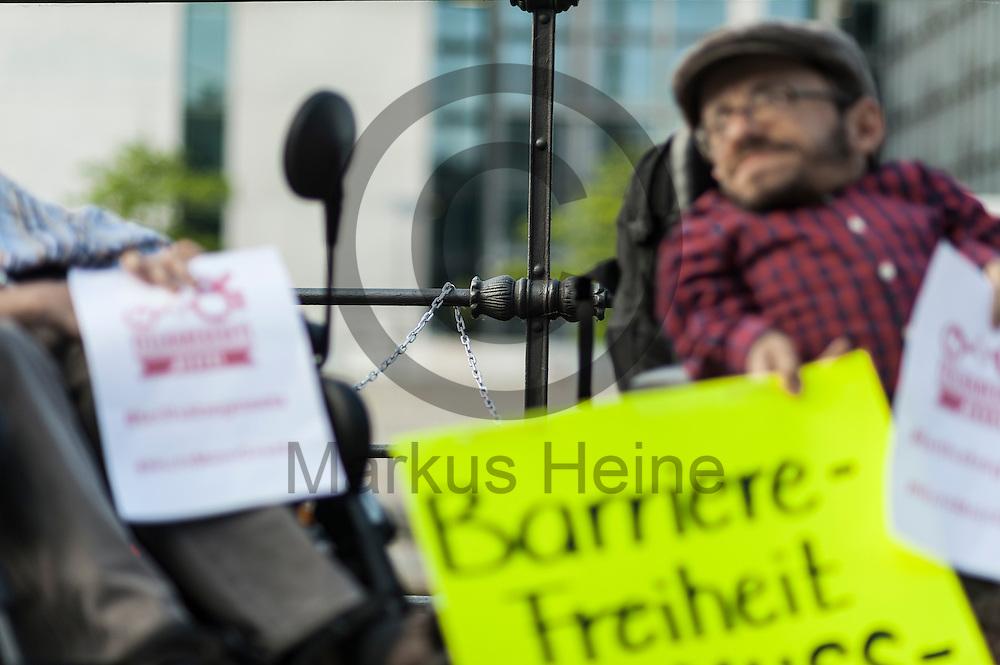 Eine Kette mit der sich die Aktivisten w&auml;hrend der Protestaktion zum Teilhabegesetz am 11.05.2016 in Berlin, Deutschland angekettet haben h&auml;ngt &uuml;ber dem Gel&auml;nder zur Spree. Ca 40 Menschen mit Behinderung haben sich im Regierungsviertel angekettet um vor der geplanten Abstimmung im Bundestag &uuml;ber f&uuml;r ihre Rechte zu demonstrieren. Foto: Markus Heine / heineimaging<br /> <br /> ------------------------------<br /> <br /> Ver&ouml;ffentlichung nur mit Fotografennennung, sowie gegen Honorar und Belegexemplar.<br /> <br /> Bankverbindung:<br /> IBAN: DE65660908000004437497<br /> BIC CODE: GENODE61BBB<br /> Badische Beamten Bank Karlsruhe<br /> <br /> USt-IdNr: DE291853306<br /> <br /> Please note:<br /> All rights reserved! Don't publish without copyright!<br /> <br /> Stand: 05.2016<br /> <br /> ------------------------------w&auml;hrend der Protestaktion zum Teilhabegesetz am 11.05.2016 in Berlin, Deutschland. Ca 40 Menschen mit Behinderung haben sich im Regierungsviertel angekettet um vor der geplanten Abstimmung im Bundestag &uuml;ber f&uuml;r ihre Rechte zu demonstrieren. Foto: Markus Heine / heineimaging<br /> <br /> ------------------------------<br /> <br /> Ver&ouml;ffentlichung nur mit Fotografennennung, sowie gegen Honorar und Belegexemplar.<br /> <br /> Bankverbindung:<br /> IBAN: DE65660908000004437497<br /> BIC CODE: GENODE61BBB<br /> Badische Beamten Bank Karlsruhe<br /> <br /> USt-IdNr: DE291853306<br /> <br /> Please note:<br /> All rights reserved! Don't publish without copyright!<br /> <br /> Stand: 05.2016<br /> <br /> ------------------------------