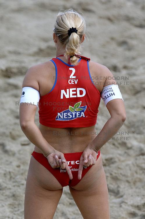 26-08-2006: VOLLEYBAL: NESTEA EUROPEAN CHAMPIONSHIP BEACHVOLLEYBALL: SCHEVENINGEN<br /> Rebekka Kadijk wint voor de 4de keer de zilveren medaille<br /> ©2006-WWW.FOTOHOOGENDOORN.NL