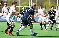 AMSTELVEEN -  Hockey Hoofdklasse heren Pinoke-Amsterdam (3-6). Thijn Knetemann (Pinoke) met links Tijn Lissone (A'dam)    COPYRIGHT KOEN SUYK
