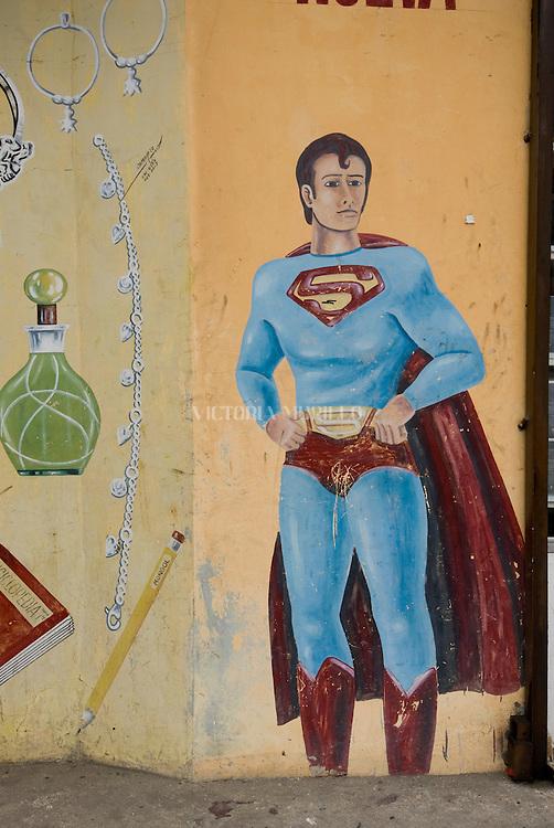 Pintura a mano de la figura de Superman  en la fachada de una perfumeria en el casco viejo de la ciudad de PanamaFoto: Ramon Lepage / Istmophoto.
