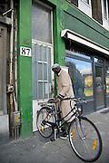 Belgie, Antwerpen, 8-10-2012Stadsgezicht, straatbeeld van deze stad in Vlaanderen. Een man uit Afrika met zijn fiets bij de deur van zijn woning.Foto: Flip Franssen/Hollandse Hoogte