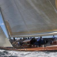 Le voilier de classe J, Velsheda a &eacute;t&eacute; con&ccedil;u par Charles Ernest Nicholson et construit en 1933 par le chantier Camper and Nicholsons . <br /> Extr&ecirc;me comme tous les classe J, il mesure 39,40 m&egrave;tres hors tout pour un ma&icirc;tre-bau de 6,60 m&egrave;tres, un tirant d'eau de 4,80 m&egrave;tres. Il a &eacute;t&eacute; construit pour l'homme d'affaires William Stephenson-Laurent, propri&eacute;taire de la cha&icirc;ne de magasins Woolworth's qui le nomma ainsi en contractant les trois premi&egrave;res syllabes des pr&eacute;noms de ses filles : Velma, Sheila and Daphne. Entre 1933 et 1936, il a remport&eacute; de nombreuses courses et a particip&eacute;, avec d'autres grands yachts tels que Britannia, Endeavour et Shamrock V, &agrave; de nombreuses r&eacute;gates entre 1933 et 1936. Le voilier de classe J, Velsheda a &eacute;t&eacute; con&ccedil;u par Charles Ernest Nicholson et construit en 1933 par le chantier Camper and Nicholsons (en) &agrave; Gosport, Hampshire (Royaume-Uni).<br /> Extr&ecirc;me comme tous les classe J, il mesure 39,40 m&egrave;tres hors tout pour un ma&icirc;tre-bau de 6,60 m&egrave;tres, un tirant d'eau de 4,80 m&egrave;tres. Il a &eacute;t&eacute; construit pour l'homme d'affaires William Stephenson-Laurent, propri&eacute;taire de la cha&icirc;ne de magasins Woolworth's qui le nomma ainsi en contractant les trois premi&egrave;res syllabes des pr&eacute;noms de ses filles : Velma, Sheila and Daphne. Entre 1933 et 1936, il a remport&eacute; de nombreuses courses et a particip&eacute;, avec d'autres grands yachts tels que Britannia, Endeavour et Shamrock V, &agrave; de nombreuses r&eacute;gates entre 1933 et 1936.