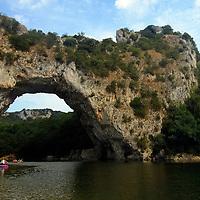 EN> The famous rock arch near Valon Pont d'Arc in the Ardeche, France |<br /> SP> El famoso arco de piedra cerca de Valon Pont d'Arc en el Ardeche, Francia
