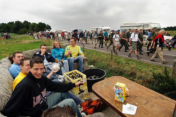Nederland, Nijmegen, 21-7-2005..Vierdaagse, 4daagse. Zevenheuvelenweg. Derde, Groesbeek dag. Wandelen, wandelsport, recreatie, conditie, bewegen, beweging, lopen. Jongeren bekijken de wandelaars met een krat pils, bier, vanaf een boerenkar...Foto: Flip Franssen/Hollandse Hoogte