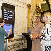 NLD/Amsterdam/20191008 - Maxima bij Conferentie voor Mental Health and Psychosocial Support, Koningin Maxima bekijkt een App die gelanceerd is