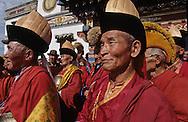 Mongolia. Erden Zuu monastery (Karakorum) Maidar procession; Buddhist ceremony. Erdeni Zuu (16th century) at Qaraqorin).  /  Procession boudhiste du Maidar.  (Monastère de Erdeni Zuu à Qaraqorin (Karakorum) Mongolie ),  Lamas coiffés. Lorsqu'ils sortent du temple, les lamas mettent leur chapeau shashir qui a deux formes possibles : soit en laine jaune avec une large et haute épine dorsale en frou-frou, soit pointu en tissu soyeux à large rebord en velours noir et ruban dorsal rouge. D'autres lamas portent un bonnet plus simple de forme pointue en tissu jaune à rebord rouge. (Fête de MAIDAR