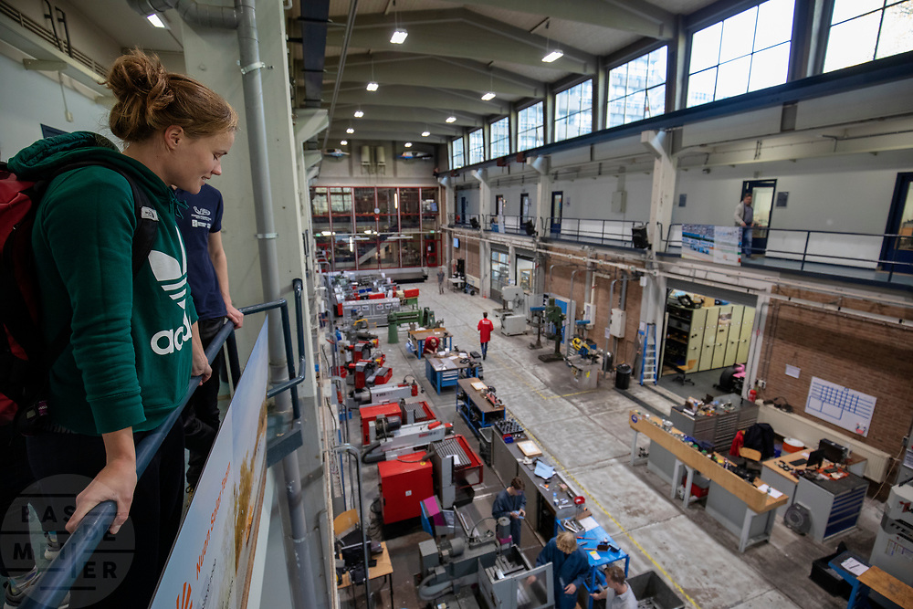 In Delft neemt atleet Rosa Bas voor het eerst een kijkje in de D:Dreamhall. In september wil het Human Power Team Delft en Amsterdam, dat bestaat uit studenten van de TU Delft en de VU Amsterdam, tijdens de World Human Powered Speed Challenge in Nevada een poging doen het wereldrecord snelfietsen voor vrouwen te verbreken met de VeloX 9, een gestroomlijnde ligfiets. Het record is met 121,81 km/h sinds 2010 in handen van de Francaise Barbara Buatois. De Canadees Todd Reichert is de snelste man met 144,17 km/h sinds 2016.<br /> <br /> In Delft athlete Rosa Bas visits the D:Dreamhall for the first time. With the VeloX 9, a special recumbent bike, the Human Power Team Delft and Amsterdam, consisting of students of the TU Delft and the VU Amsterdam, also wants to set a new woman's world record cycling in September at the World Human Powered Speed Challenge in Nevada. The current speed record is 121,81 km/h, set in 2010 by Barbara Buatois. The fastest man is Todd Reichert with 144,17 km/h.