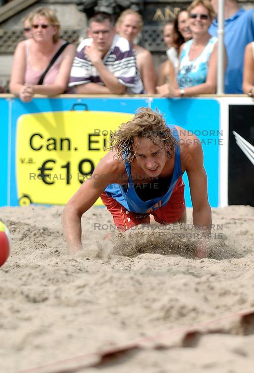 18-06-2006 VOLLEYBAL: CITY BEACH TOUR: GOUDA<br /> De finales van de City Beach! Tour stond dit weekend op de markt van Gouda / Jorne Huiskamp<br /> &copy;2006-WWW.FOTOHOOGENDOORN.NL