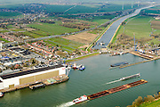 Nederland, Zuid-Holland, Hardinxveld-Giessendam, 01-04-2016; Beneden-Merwede ter hoogte van het Kanaal van Steenenhoek (afwateringskanaal). Op de rivier zesbaksduwbaart ter hoogte van  IHC Merwede (Royal IHC).<br /> Lower Merwede and the Steenenhoek drainage canal. <br /> <br /> luchtfoto (toeslag op standard tarieven);<br /> aerial photo (additional fee required);<br /> copyright foto/photo Siebe Swart