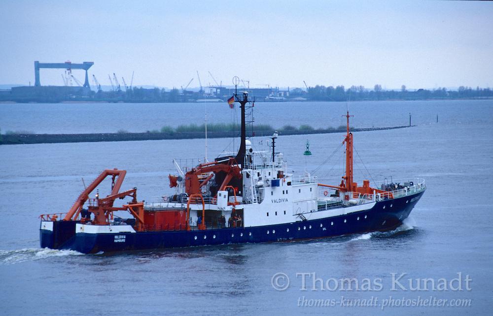 Forschungsschiff VALDIVIA der Universität Hamburg am 29.04.1997. Es wurde 1961 in Bremen und 2013 zum Abbruch verkauft. Im Hintergrund das Mühlenberger Loch mit dem Finkenwerder Leitdamm vor der Airbus-Erweiterung und der Kran der Sietaswerft in Neuenfelde. Das neue Estesperrwerk befindet sich gerade im Bau.