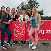 Bij de eerste veldtraining van het nieuwe Ajax op sportpark de Toekomst te Amsterdam, waren ook aanwezig het enige vrouwenteam, die dit seizoen voor het eerst gaan spelen. Op de foto v.l.n.r. Eshly Bakker; Pascalle Tang; Anouk Hoogendijk; Marieke Ubachs; Sabine Becx; Tessel Middag en Mandy Versteegt. Foto JOVIP/JOHN VAN IPEREN