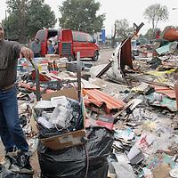 Toluca, Mex.- Comerciantes desalojados del mercado Juarez, tratan de rescatar en el escombro lo poco que queda de su mercancia, despues de que maquinaria pesada derribara todos los puestos fijos y semifijos durante el operativo del martes por la madrugada. Agencia MVT / Luis Enrique Hernandez V. (DIGITAL)<br /> <br /> <br /> <br /> NO ARCHIVAR - NO ARCHIVE