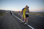 Thomas van Schaik wordt door Jan-Marcel van Dijken ondersteund na zijn race op de laatste racedag van de WHPSC. In de buurt van Battle Mountain, Nevada, strijden van 10 tot en met 15 september 2012 verschillende teams om het wereldrecord fietsen tijdens de World Human Powered Speed Challenge. Het huidige record is 133 km/h.<br />