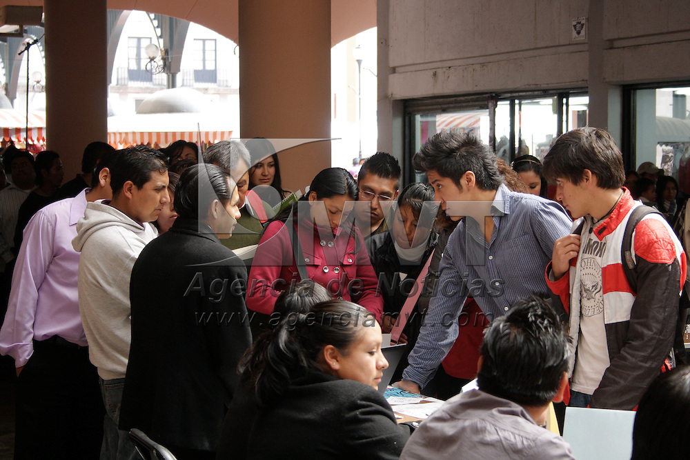 """Toluca, México.- Cada semana personas de diversas edades se congregan en la Concha Acústica  para participar en el programa """"Martes del empleo"""" cen busca de una oportunidad de trabajo. Agencia MVT / Arturo Hernández S."""