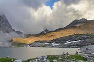 Wanderimpressionen und Landschaften zwischen Orgel-Pass, Ela-Pass und Lai Grond. Wanderer im  Laiets am Lai Grond mit Blick auf die Fuorcla da Tschitta (2831).