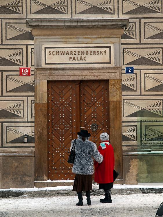 Touristen vor dem Palais Schwarzenberg (tschechisch: Schwarzenbersky palac, auch Lobkovicky palac) auf dem Hradschin-Platz (Hradcanske namest&iacute;) der tschechischen Hauptstadt Prag. Am 13. Oktober 1601 nahm Tycho Brahe hier an einem Gastmahl teil und starb einige Tage danach. <br /> <br /> Tourists infront of the Schwarzenberg Palace (Czech: Schwarzenbersky palac and also  Lobkovicky palac) at the Hradschin square in the Czech capital Prague. In this building Tycho Brahe was invited to a supper on the 13th of October 1601 and died a view days later.