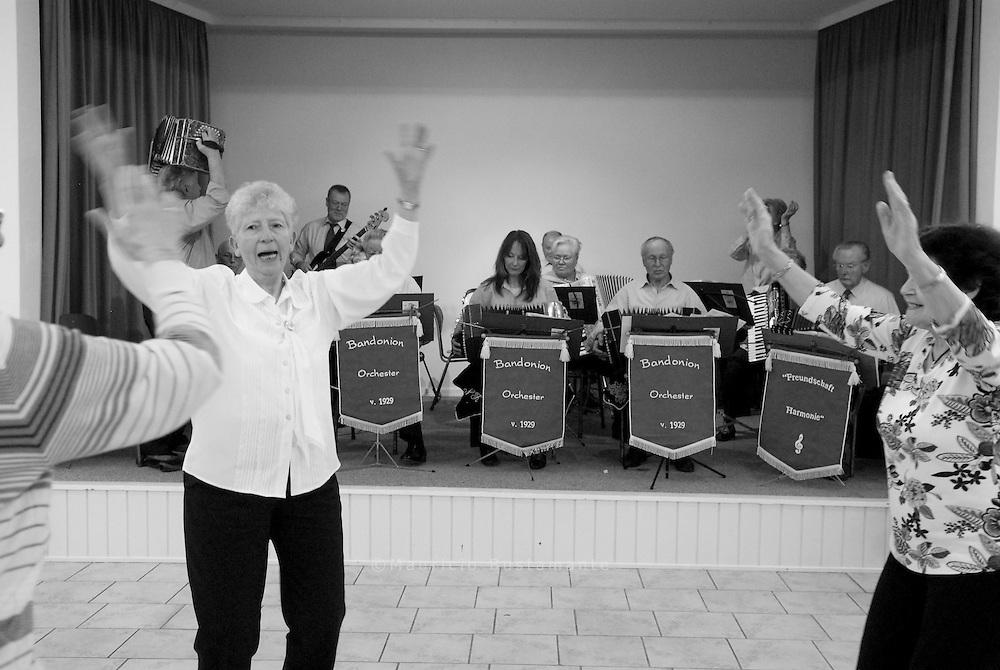 Das Wilhelmsburger Bandoneonorchester ist es eines der letzten seiner Art,.seine Zukunft ist unsicher. Die Spielfreude ist dennoch ungebrochen. Text Frank Keil.