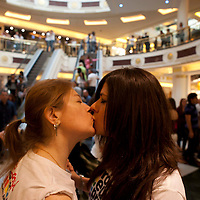 Baci e shopping gay e lesbo