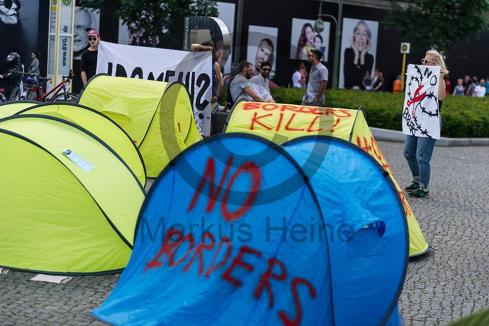 &quot;No Borders&quot; steht w&auml;hrend eines Flashmobs zur R&auml;umung von Idomeni am 04.06.2016 in Berlin, Deutschland auf ein Wurfzelt gespr&uuml;ht. Ca 20 Aktivisten bauten auf dem Wittenbergplatz Wurfzelte auf um gegen die R&auml;umung und die Umsiedlung von Fl&uuml;chtlingen aus dem Camp an der griechisch-mazedonischen Grenze zu demonstrieren. Foto: Markus Heine / heineimaging<br /> <br /> ------------------------------<br /> <br /> Ver&ouml;ffentlichung nur mit Fotografennennung, sowie gegen Honorar und Belegexemplar.<br /> <br /> Bankverbindung:<br /> IBAN: DE65660908000004437497<br /> BIC CODE: GENODE61BBB<br /> Badische Beamten Bank Karlsruhe<br /> <br /> USt-IdNr: DE291853306<br /> <br /> Please note:<br /> All rights reserved! Don't publish without copyright!<br /> <br /> Stand: 06.2016<br /> <br /> ------------------------------w&auml;hrend Flachmobs zur R&auml;umung von Idomeni am 04.06.2016 in Berlin, Deutschland. Ca 20 Aktivisten bauten auf dem Wittenbergplatz Wurfzelte auf um gegen die R&auml;umung und die Umsiedlung von Fl&uuml;chtlingen aus dem Camp an der griechisch-mazedonischen Grenze zu demonstrieren. Foto: Markus Heine / heineimaging<br /> <br /> ------------------------------<br /> <br /> Ver&ouml;ffentlichung nur mit Fotografennennung, sowie gegen Honorar und Belegexemplar.<br /> <br /> Bankverbindung:<br /> IBAN: DE65660908000004437497<br /> BIC CODE: GENODE61BBB<br /> Badische Beamten Bank Karlsruhe<br /> <br /> USt-IdNr: DE291853306<br /> <br /> Please note:<br /> All rights reserved! Don't publish without copyright!<br /> <br /> Stand: 06.2016<br /> <br /> ------------------------------