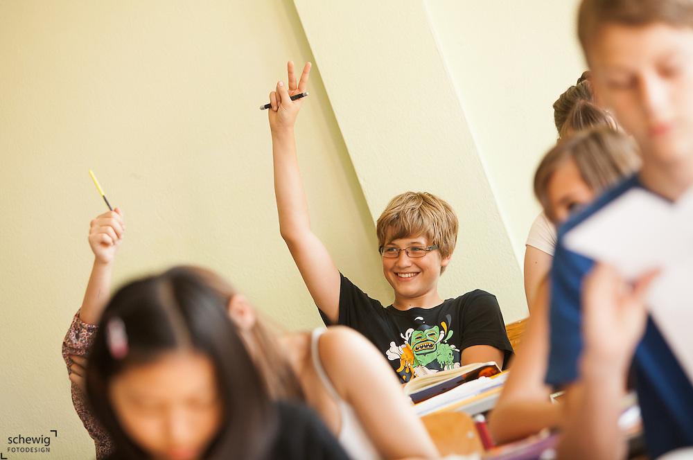 Österreich, Schülerinnen und Schüler aufzeigend, lächelnd