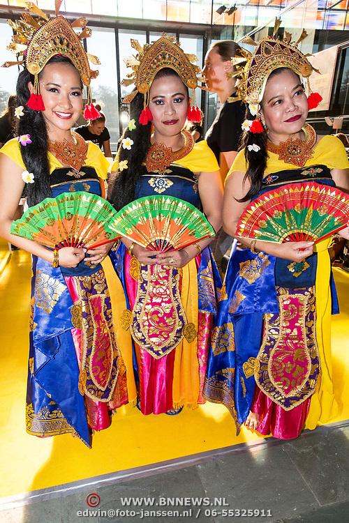 NLD/Hilversum/20181010 -  555 actiedag voor Sulawesi, Dames in Indonesische klederdracht