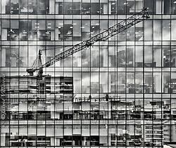 FOT&Oacute;GRAFO: Jaime Villaseca ///<br /> <br /> Reflejos de construcci&oacute;n en Las Condes.