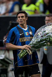 Zannetti celebrates winning the Serie A title with a bunch of flowers.