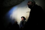 Jeudi noir. 04112006. Paris 3&egrave;me. Action lors d&rsquo;une visite d&rsquo;appartement &agrave; louer. Au centre, Julien Bayou, l'un des leaders de Jeudi noir. <br /> <br /> Le collectif Jeudi Noir se bat contre les prix &eacute;lev&eacute;s de l&rsquo;immobilier pour les jeunes et les bas salaires. Depuis fin octobre 2006, Jeudi noir s&rsquo;invite lors de visite d&rsquo;appartement en location, &agrave; la vente, dans les agences immobili&egrave;res ou chez des vendeurs de liste pour y faire la f&ecirc;te et revendiquer un &eacute;clatement de la bulle immobili&egrave;re et un interventionnisme de l&rsquo;&Eacute;tat pour r&eacute;guler le march&eacute; immobilier.  Le 31 d&eacute;cembre 2006, le collectif entame une occupation d&rsquo;un immeuble vide, appartenant &agrave; une banque, pr&egrave;s de la place de la Bourse &agrave; Paris, avec les associations Macaq et le DAL, baptis&eacute; le &laquo;minist&egrave;re de la crise du logement &raquo; et qui vise &agrave; &ecirc;tre un lieu de ressource et d&rsquo;&eacute;change sur la crise du logement en France, et &agrave; installer le sujet dans la campagne pr&eacute;sidentielle 2007. S&eacute;rie en cours&hellip;