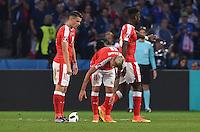 FUSSBALL EURO 2016 GRUPPE A IN LILLE Schweiz - Frankreich     19.06.2016 Nach diversen Trikots der Schweizer, ging nun auch noch der Ball kaputt. Granit Xhaka und Valon Behrami (v.l., beide Schweiz) melden den Schadensfall