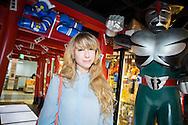Åsa Ekström i en butik med seriefigurer i Tokyo. Åsa Ekström gör succé i Japan som mangatecknare.
