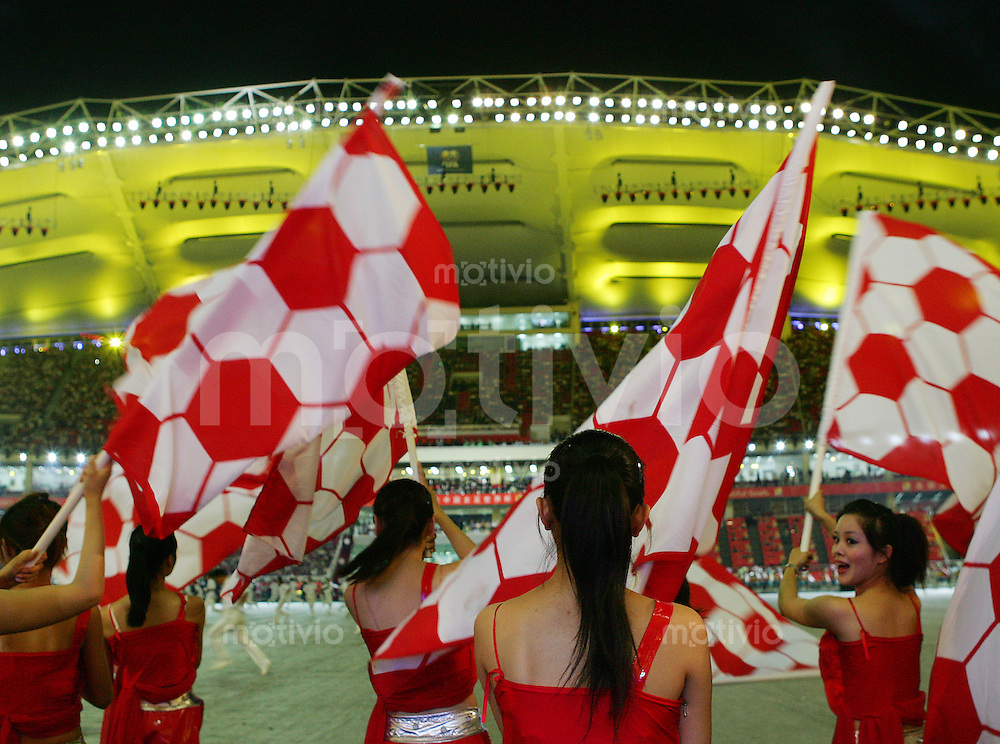 Fussball International Frauen WM China 2007  Eroeffnungsspiel im Hongkou WM Stadion Deutschland - Argentinien Germany - Argentina Teilnehmerinnen der Eroeffnungsfeier schwenken Fahnen.