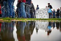 Den Haag, 15 november 2015 - Op het malieveld werd door de PVV aanhangers een demonstratie tegen het kabinetsbeleid en  Vluchtelingen gehouden, zo'n 200 mensen kwamen naar de demonstratie. Met veel nederlandse vlaggen waarop teksten als &quot;eigen volk eerst&quot; en &quot;Grenzen dicht&quot; staan geschreven.<br /> Foto: Phil Nijhuis