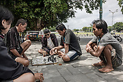 INDONESIA, Central Java, Yojakarta, playing chess in the street