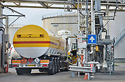 Nederland, Arnhem, 26-7-2017In de terminal van Shell komen tankwagens van verschillende oliemaatschappijen hun brandstof laden. In het vulstation, laadperron, zijn aansluitingen voor Shell, Esso, BP en Total, alsmede zgnd handelsmerken.FOTO: FLIP FRANSSEN