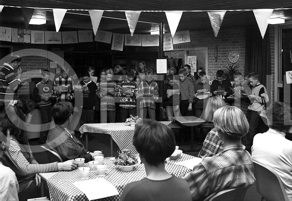 ommen : open dag de bresschool leerlingen zongen voor de ouders..foto frank uijlenbroek@1995