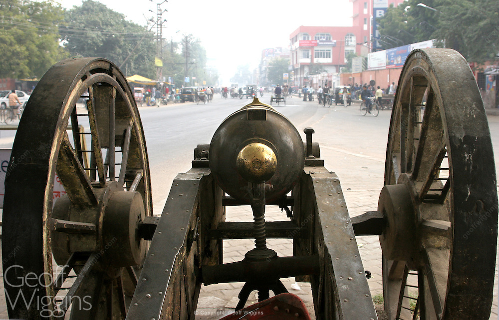 Vintage Indian bronze artillery piece looking down MI Road in the pink city of Jaipur, Rajasthan, India