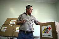 Un venezolano vota en el referendo consultivo sobre la reforma constitucional propuesta por el presidente venezolano, Hugo Chávez hoy, domingo 2 de diciembre, en Caracas (Venezuela). (ivan gonzalez)