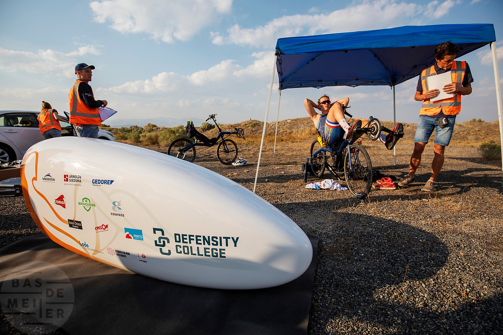 Atlete Rosa Bas is zich aan het opwarmen. Op zondagavond vindt de eerste race plaats. Het Human Power Team Delft en Amsterdam, dat bestaat uit studenten van de TU Delft en de VU Amsterdam, is in Amerika om tijdens de World Human Powered Speed Challenge in Nevada een poging te doen het wereldrecord snelfietsen voor vrouwen te verbreken met de VeloX 9, een gestroomlijnde ligfiets. Het record is met 121,81 km/h sinds 2010 in handen van de Francaise Barbara Buatois. De Canadees Todd Reichert is de snelste man met 144,17 km/h sinds 2016.<br /> <br /> With the VeloX 9, a special recumbent bike, the Human Power Team Delft and Amsterdam, consisting of students of the TU Delft and the VU Amsterdam, wants to set a new woman's world record cycling in September at the World Human Powered Speed Challenge in Nevada. The current speed record is 121,81 km/h, set in 2010 by Barbara Buatois. The fastest man is Todd Reichert with 144,17 km/h.