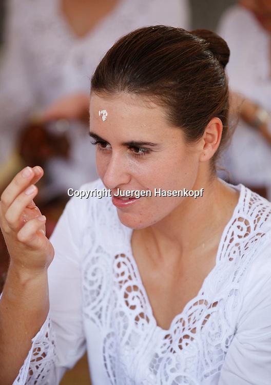 Commonwealth Bank Tournament of Champions  2011, WTA Tour, Damen Hallen Tennis Turnier in Bali ,Indonesien, .Hindu Tempel Zeremonie mit der Spielerin Anabel Medina Garrigues (ESP),.klebt Reiskoerner an die Stirn,sitzend,Hochformat,privat,traditionelle Kleidung,
